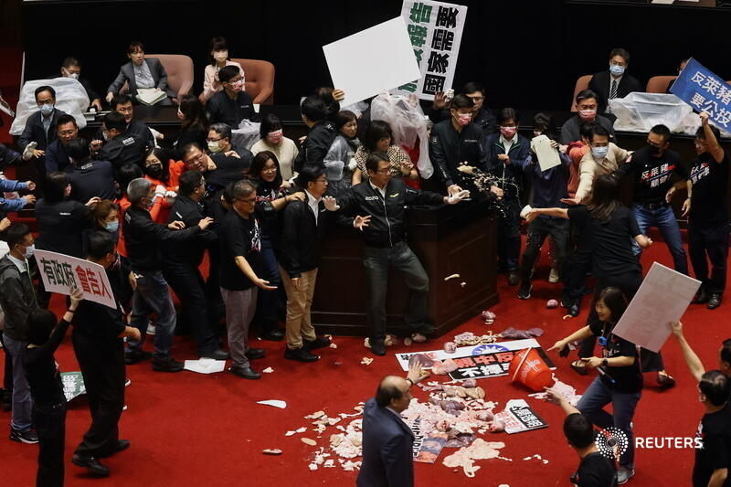 Legislators from Taiwan's main opposition Kuomintang party threw pig guts and exchanged punches with other lawmakers in parliament, in a bitter dispute over easing U.S. pork imports. More photos of the day: https://t.co/9cq6zd1wQw 📷 Ann Wang https://t.co/hJHIOAU6Dt