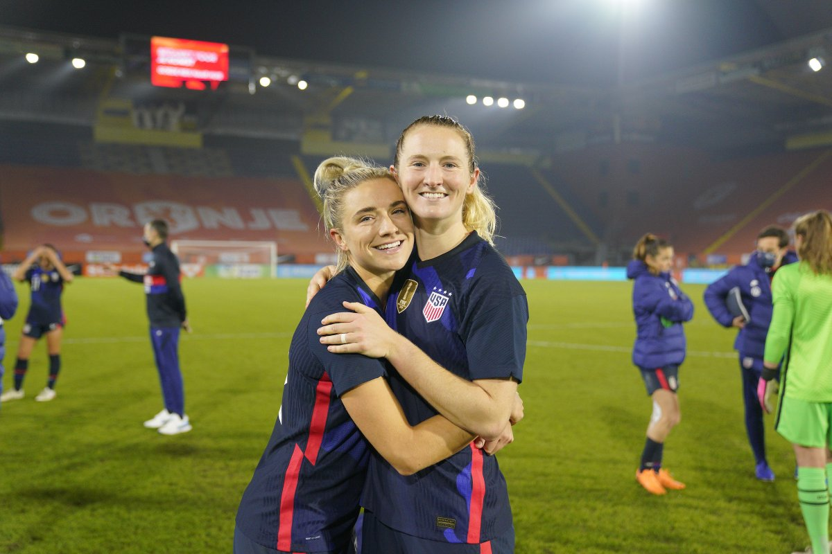 The 2️⃣0️⃣2️⃣0️⃣ content we all deserve 😊  @KristieMewie and @sammymewy back in action together for the #USWNT and a goal by @KristieMewie to top it off! 🇺🇸