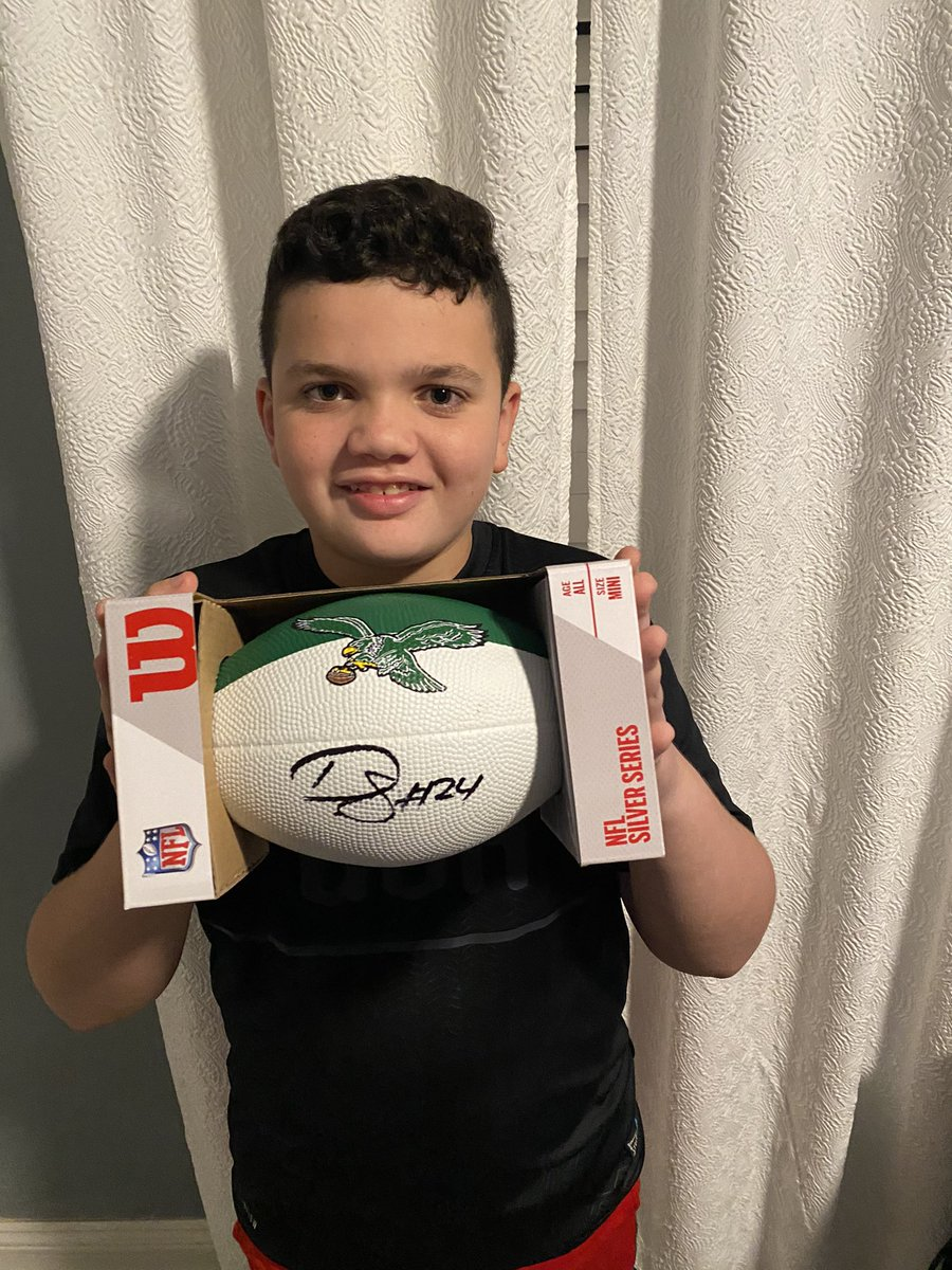 Got my signed @bigplay24slay football in the mail today! Thank you @Jennwilliams23 for your generosity and commitment to the Philly fans. Your family has been a blessing to our city! #FlyEaglesFly https://t.co/u4AJlF3Y5q