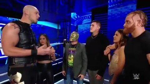 Los Mysterio's eran entrevistados pero King Corbin los interrumpe algo cabreado. #SmackDown
