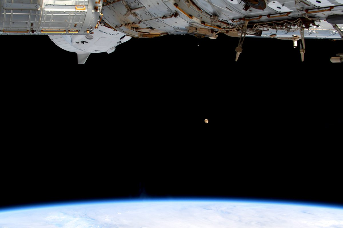 Cool #Dragon,beautiful #moon, and, yes, our precious #Earth. What else do you need?  #ドラゴン宇宙船、輝く #月、そしてかけがえの無い我々の#地球