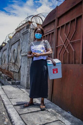 Arlette es vacunadora en Kinshasa, Rep. Democrática del Congo. Con apoyo de UNICEF, la primera campaña de vacunación contra la polio en el contexto de la #covid19 intentará llegar a 3 millones de niños y niñas. Las vacunas salvan vidas #Pequeñassoluciones