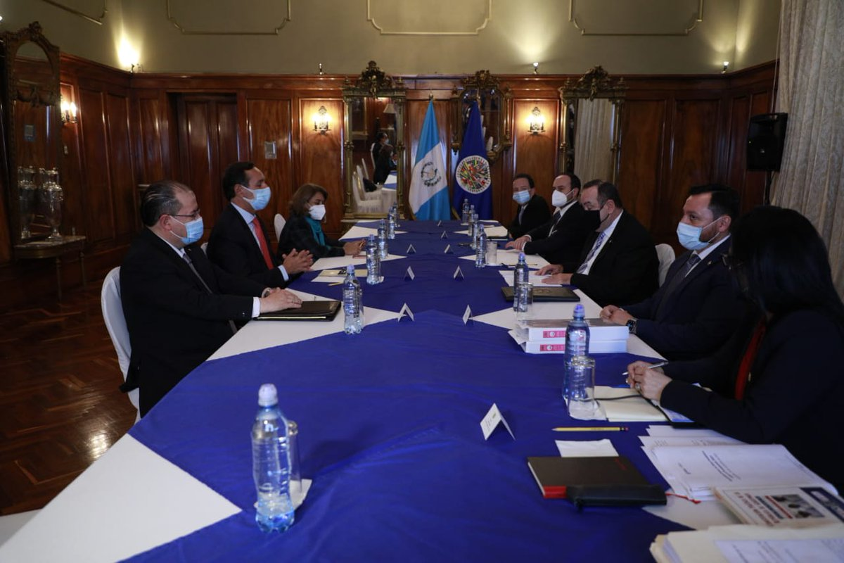 test Twitter Media - También participa el Canciller, Pedro Brolo.La reunión se lleva a cabo en el Salón de los Espejos de Casa Presidencial. https://t.co/I249tjXh92