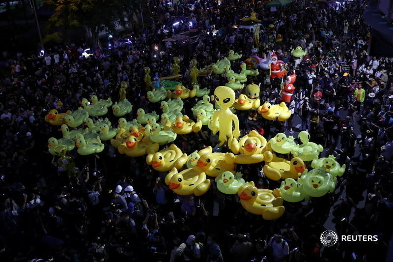 Protesters hold inflatable toys during a pro-democracy rally in Bangkok, demanding the Thai prime minister's resignation and monarchy reforms. More photos of the day: https://t.co/cTUS72EAnp 📷 @Athit_P https://t.co/TCkzE9ZrzA