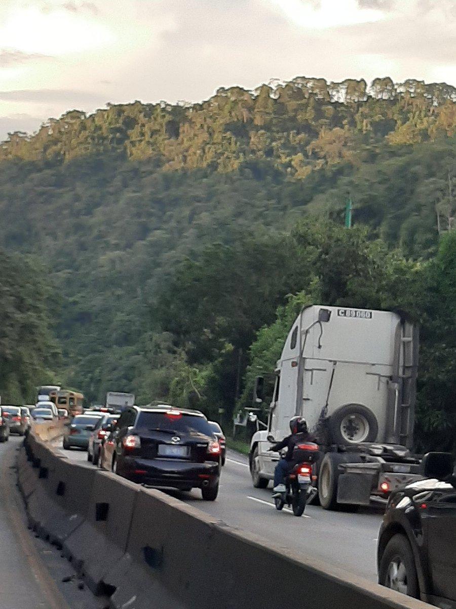 Así luce el tráfico en la carretera Los Chorros, en sentido a Lourdes.   Foto vía @jaelhz https://t.co/w27lUtNsdp