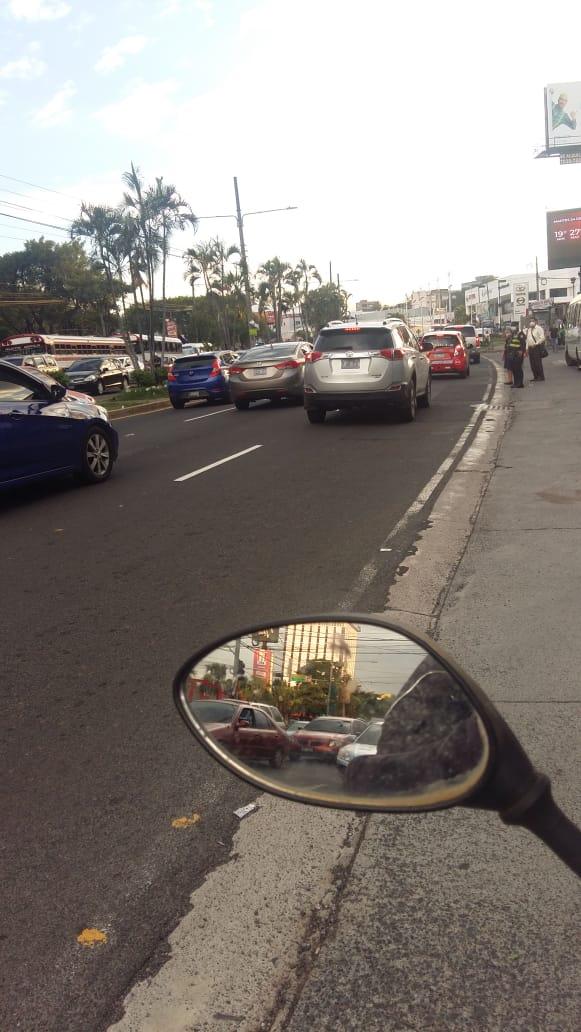 #Traficosv   Tráfico lento en Blv. Los Héroes, en sentido a la 49 Av. Sur  Vía @streetracersES https://t.co/rcig4nWtL9
