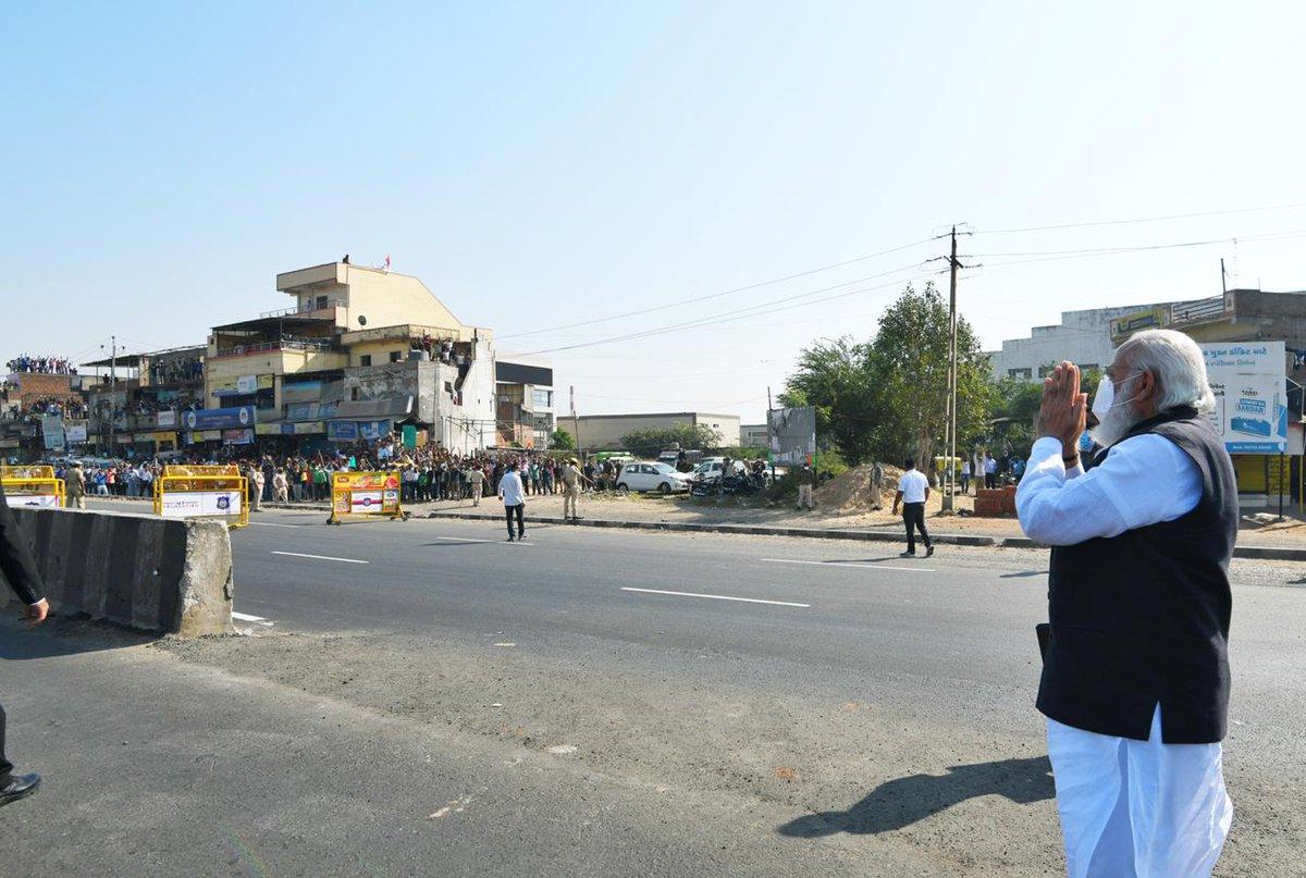 पीएम श्री @narendramodi अहमदाबाद के जाइडस कैडिला पार्क में कोरोना वैक्सीन के निर्माण कार्यों की समीक्षा करने पहुंचे।  पीएम मोदी के आगमन पर स्थानीय लोगों ने गर्मजोशी के साथ उनका अभिवादन किया। #NamoCares