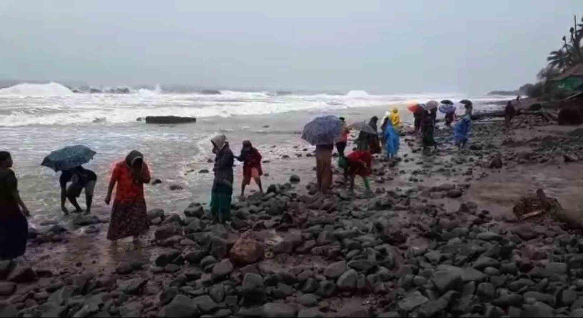 #Hyderabad:The effect of #CycloneNivar continues to wreak Havoc in Andhra Pradesh on Nov 27, 2020.   Read more on the history and process of naming devastating cyclones:   (📸: IANS) #CycloneNivarUpdate #Nivar