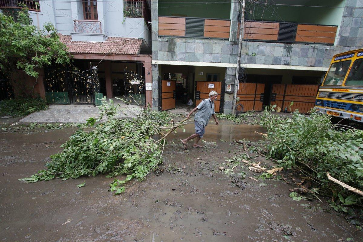 #Chennai: #Rains triggered due to the effect of Cyclonic storm Nivar caused waterlogging in Chennai, on Nov 27, 2020.   Read more here:   (📸: IANS) #CycloneNivarUpdate #Nivar