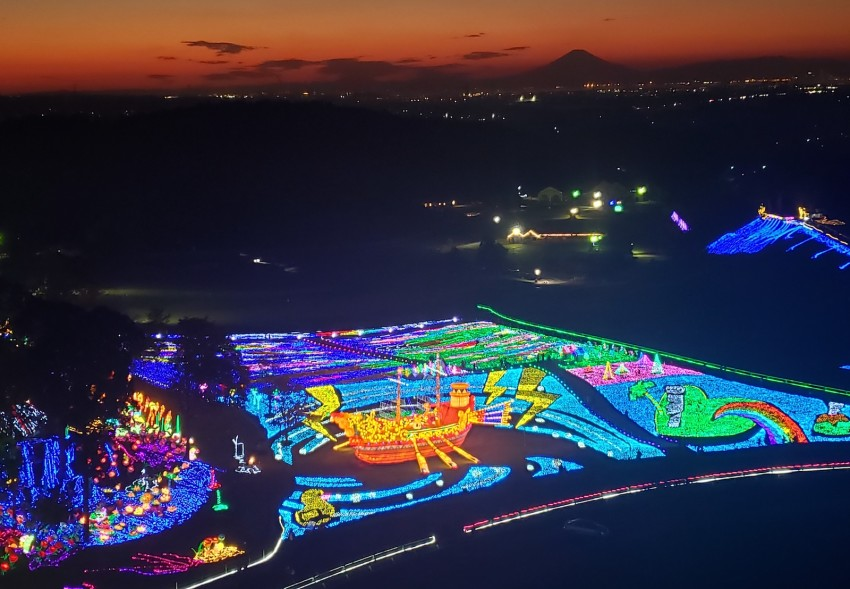 The Country Farm Tokyo German Village in Sodegaura City, Chiba Prefecture, is lit up with 3 million lights for winter in Japan. #Chiba #Japan #WINTER https://t.co/SiJH91XVP5
