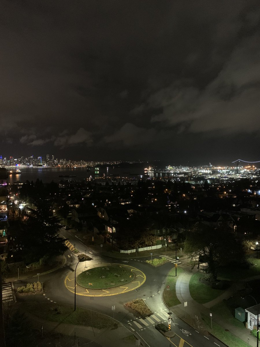 Another night view for those who like to see them - here you go. #NorthVancouver #winter #escape https://t.co/qROZwD6ZlU