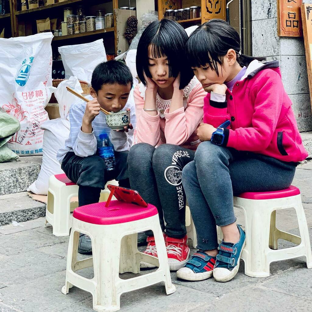 This tv show they are watching should be awesome, no doubt about it! #streetphotography #travelphotography #china #yunnan #dali #tvshow #kids #smartphone #chinese #中国#云南#大理 #shotoniphone #iphoneography #iphonexsmax