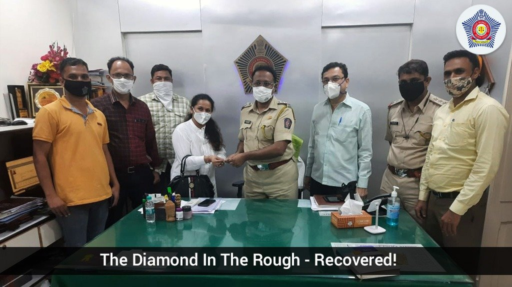 A woman lost her diamond bracelet and 4 rings near Abdul Rehman St. Pydhonie P.Stn checked the CCTV footages of areas nearby and learned that a man had found them. A quick investigation was carried out to trace the man and the jewellery was returned to the lady.  #MumbaiCaseFiles