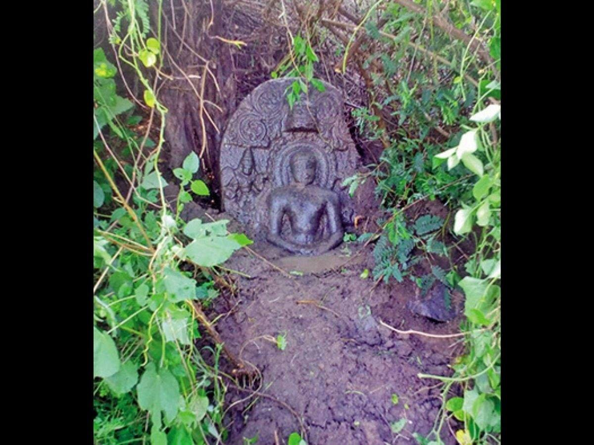 10th century AD Mahavira sculpture found half-buried in Tamil Nadu's Polur  via @TOIChennai