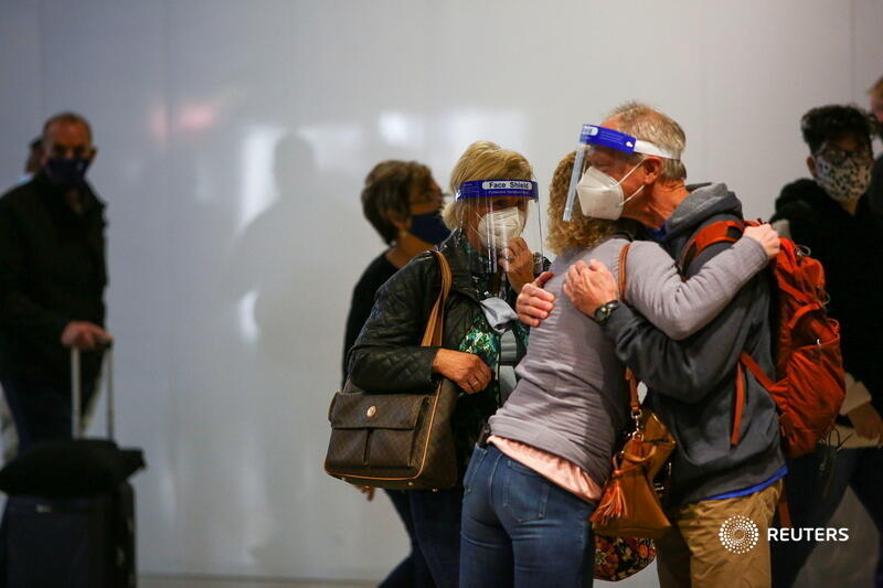 Travelers wearing protective face masks and face shields hug at the airport in Denver, Colorado, before the Thanksgiving holiday. More photos of the week: https://t.co/xZPSiIN8Sa 📷 Kevin Mohatt https://t.co/WEH5hXjWDd