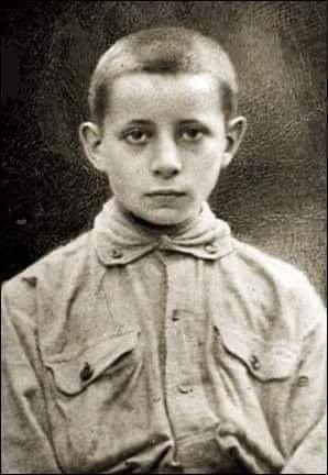 29 listopada 1904 roku w Piaskach koło Sosnowca urodził się Jerzy  Bitschan - jeden z najmłodszych obrońców Lwowa. Zginął 21 listopada 1918 roku. Kochany Tatusiu! Idę dzisiaj zameldować się do wojska. Chcę okazać, że znajdę tyle sił, by służyć i wytrzymać. (...)Jerzy