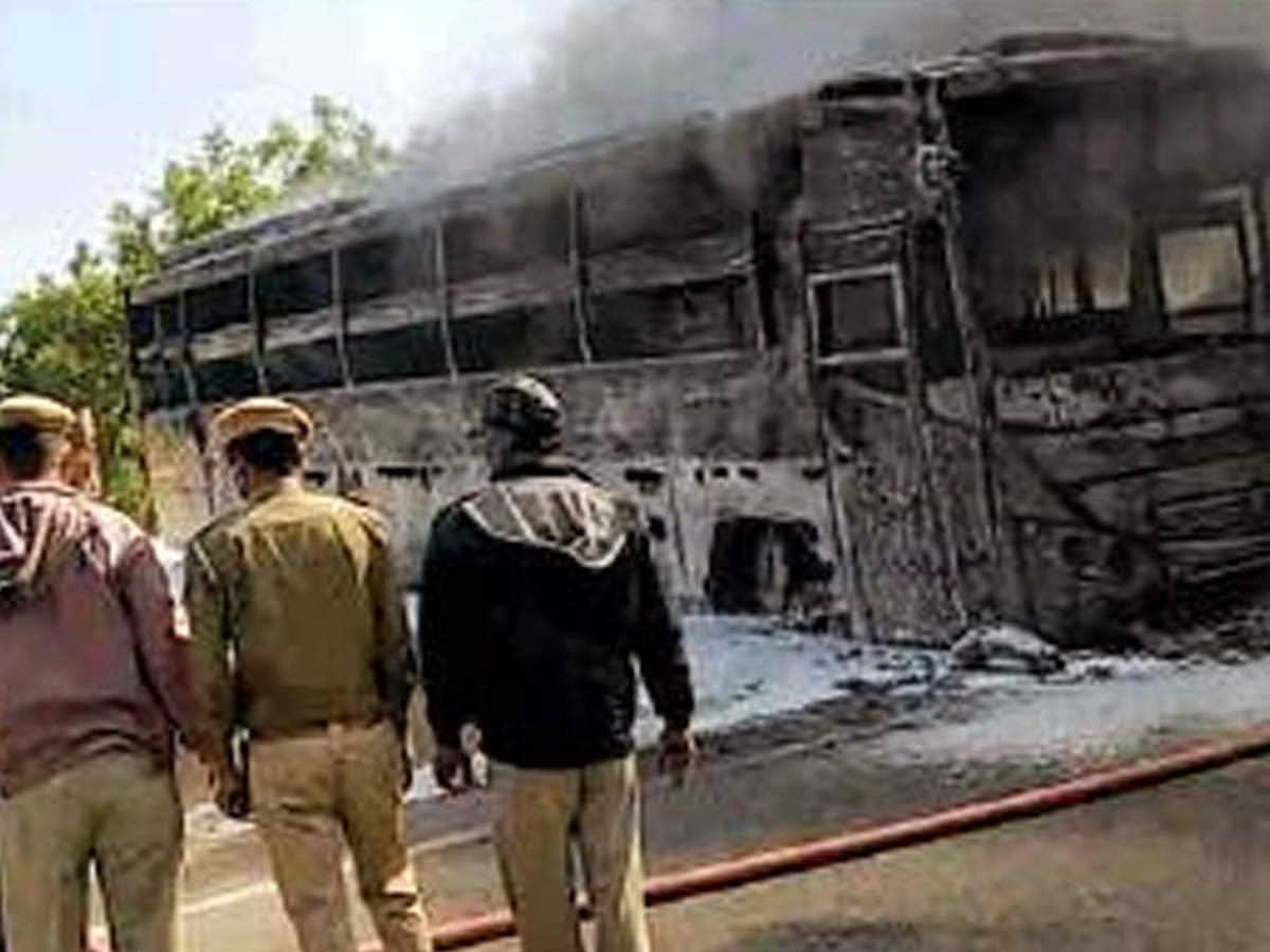 Jaipur: Bus coming from Delhi gutted after coming in contact with live wire; 3 killed  via @TOICitiesNews