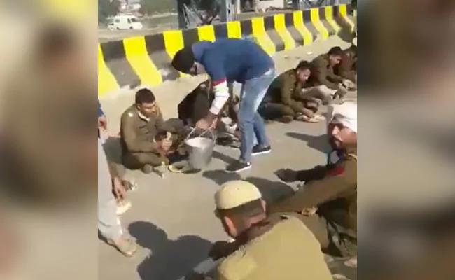 As Farmers, Police Face Off In Delhi, Haryana Gurudwara Feeds Cops