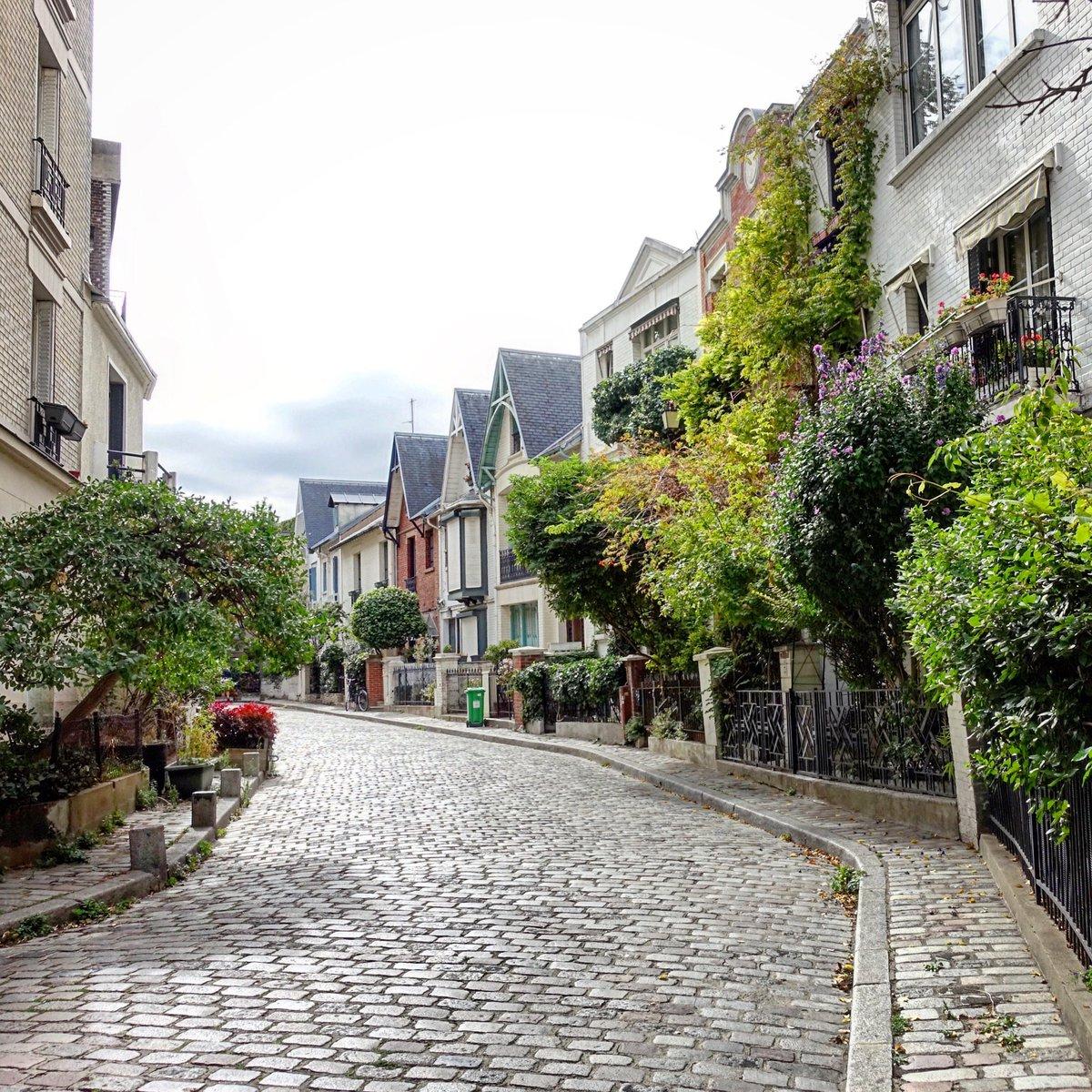 Villa Léandre à Montmartre, l'été dernier - Paris 18   #parisladouce #paris #pariscartepostale #parisjetaime #cityguide #pariscityguide #paris18 #villaleandre #streetsofparis #thisisparis #parismaville #montmartre