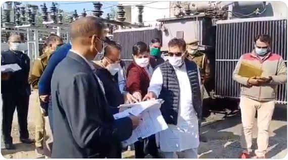 #Noida पहुँचे UP के ऊर्जा मंत्री #ShrikantSharma ने बिजली विभाग के अधिकारियों की जमकर लगाई क्लास, सवालों के जवाब नहीं दे पाए अधिकारी। #UttarPradesh| #UPGovt | #NWINews