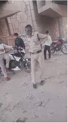 #Aligarh :  पुलिसकर्मियों का रिश्वत लेते वीडियो हुआ वायरल, मथुरा रोड हाइवे पुल के नीचे कर रहे थे वसूली, पुलिसकर्मियों में कार्रवाई को लेकर नहीं दिख रहा कोई भय, थाना सासनी गेट इलाके के मथुरा बाईपास का मामला।#UttarPradesh| #UPPolice | #NWINews