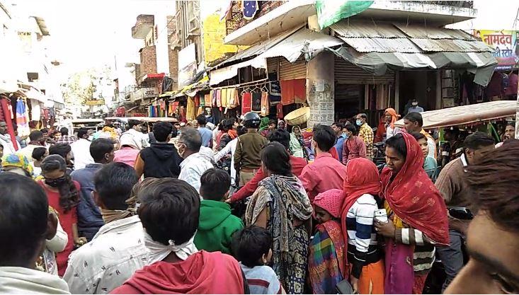 #Mahoba: मुख्यालय में पुलिस यातायात व्यवस्था पूरी तरह फेल, भीषण जाम में दर्जनों वाहन फंसे, पुलिस अव्यवस्था से व्यापारियों में आक्रोश, शहर कोतवाली क्षेत्र का मामला। #UttarPradesh | #UPPolice| #NWINews