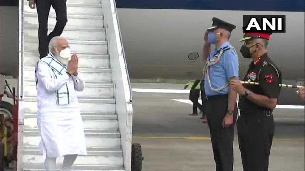 Maharashtra: Prime Minister Narendra Modi arrives in Pune, he will visit Serum Institute of India to review #COVID19 vaccine development (ANI)