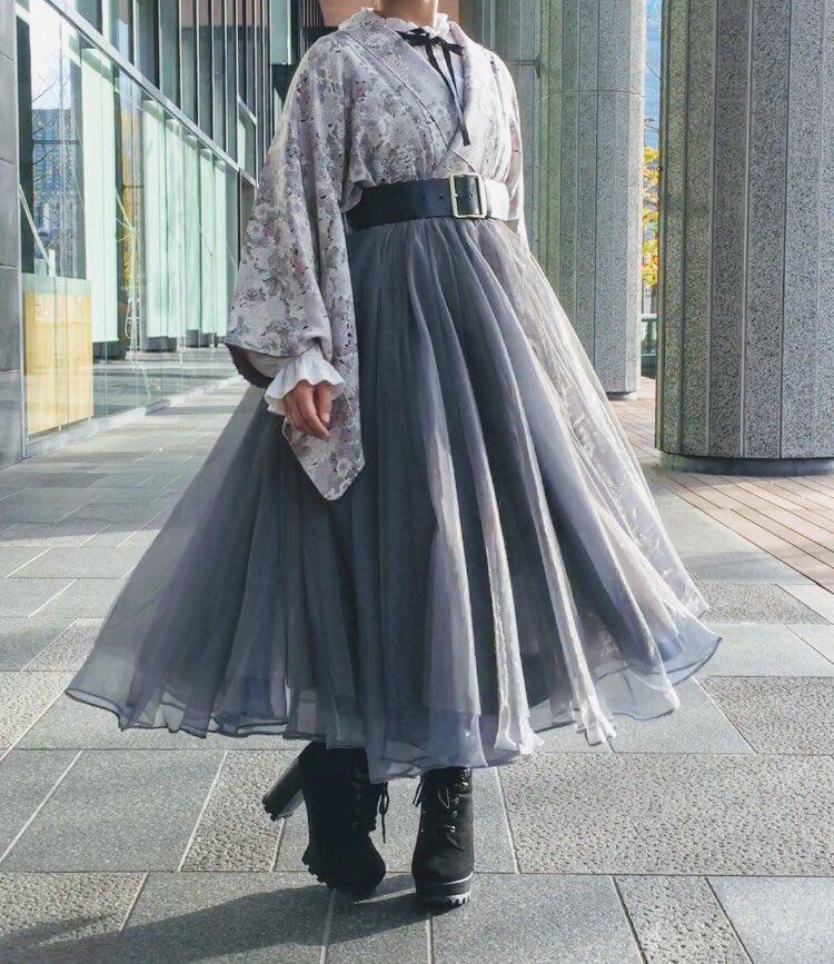 祖母の着物にフレアスカートを合わせてみた!帯を結ぶ代わりにベルトするだけの簡単着付けでお腹周りも楽だった…!歩く度にスカートがヒラヒラ揺れるのも好き…!
