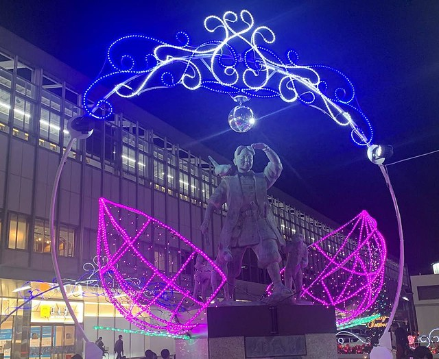 【パリピ太郎】岡山駅前でイルミネーション、桃太郎像がパリピに両脇には割れた桃の形のイルミネーション。頭上のミラーボールは、桃太郎を目立たせようと昨年から担当者がノリで付けたという。