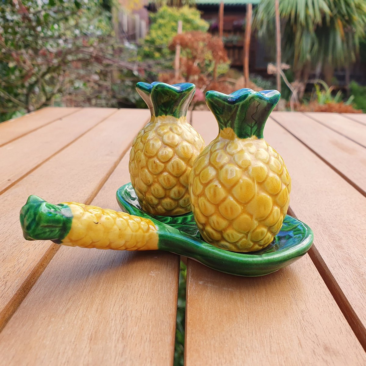 Kitsch salt and pepper set in the shape of pineapples, sitting on a tray with a pineapple handle. £18.50 from #etsy wowiezowieshop #vintagestyle #vintage #japan #saltpepper #pineapple #vintageseller #kitsch #retro #etsyfinds #etsyseller #ceramic #pineapples https://t.co/EkWclEm6XE