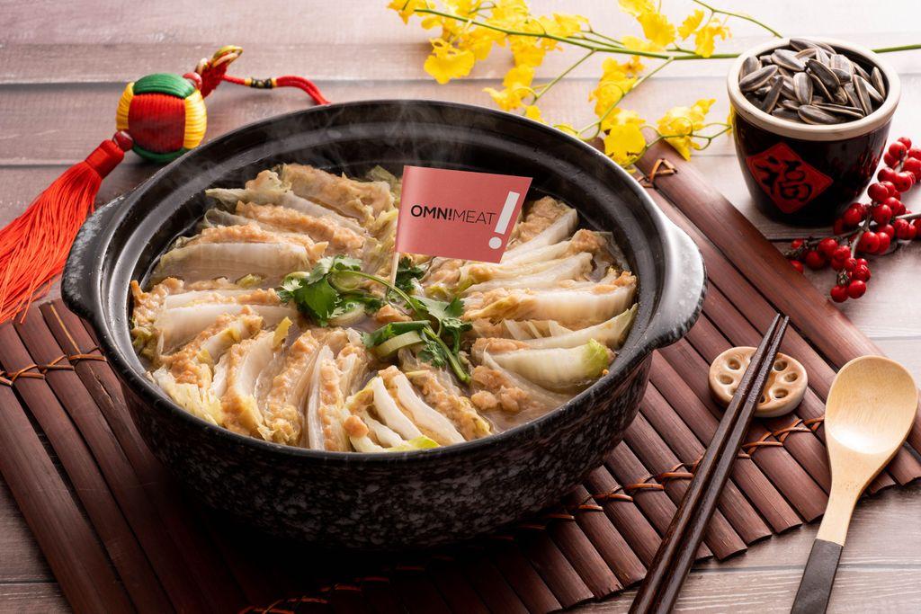 今回ご紹介するレシピは「幸運を呼ぶ?オムニミートの白菜鍋」🍲 寒くなってきたこの季節、オムニミートを使った鍋料理でヘルシーにあったまろう💗 材料・作り方はインスタアカウントの最新投稿を✅  他のレシピはこちらから🔍 #オムニミート #ベジ鍋