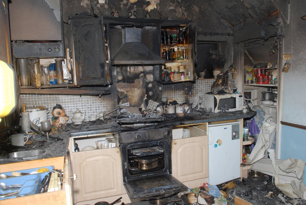 Cooking up something nice this evening? 👩🍳 ⚠️Most house fires start in the kitchen. 🔥 👉 Never get distracted whilst cooking, dont leave cooking unattended & never attempt to cook when under the influence of alcohol. westyorksfire.gov.uk/your-safety/ho… #Weekend #StaySafe