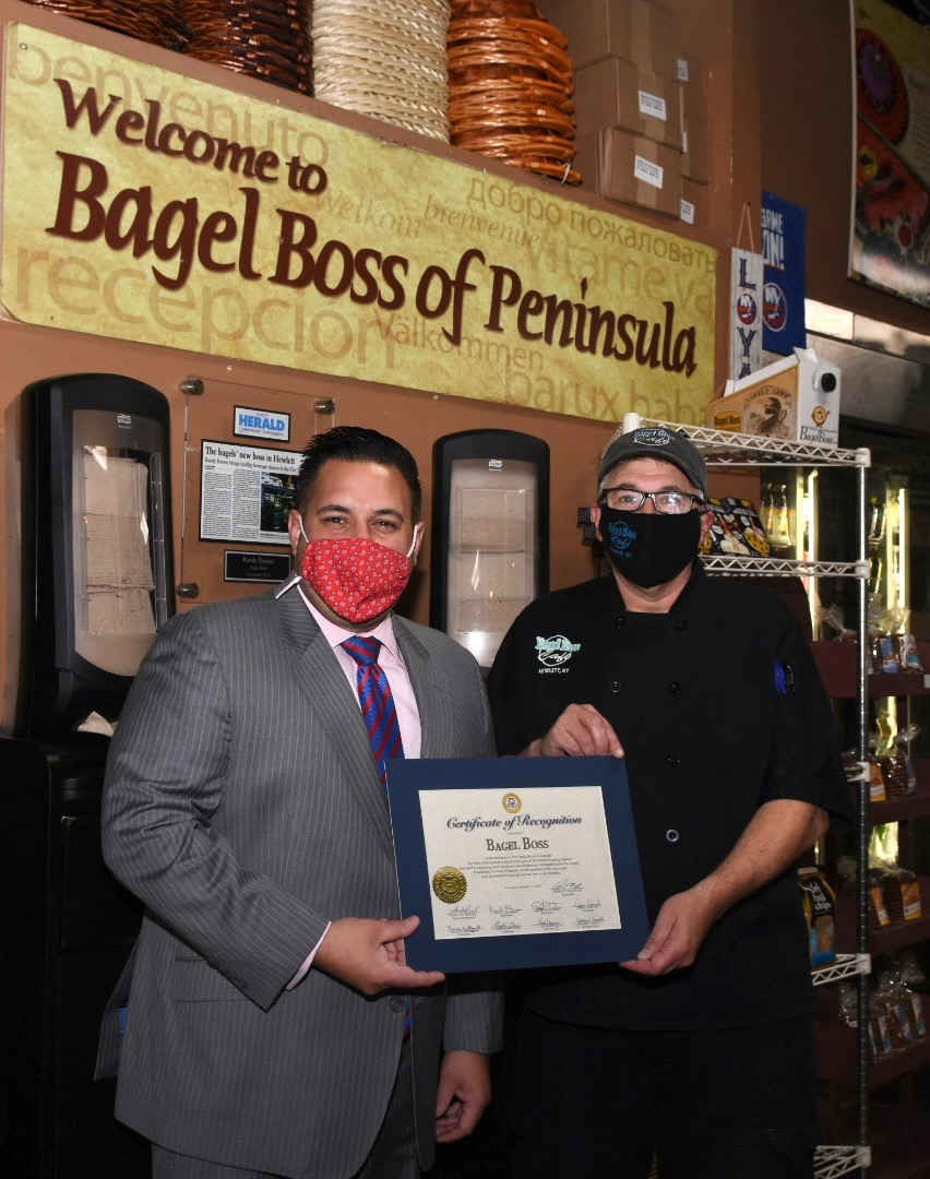 This #SmallBusinessSaturday, safely @shopsmall & #DineLocal @HempsteadTown. In #HewlettNY & need a bite?  @BagelBossUSA has been in biz for⬆️50yrs, adapting to keep safe & more convenient amid #COVID19. Stopped by to thx Randy & team for being committed to America's largest Town.