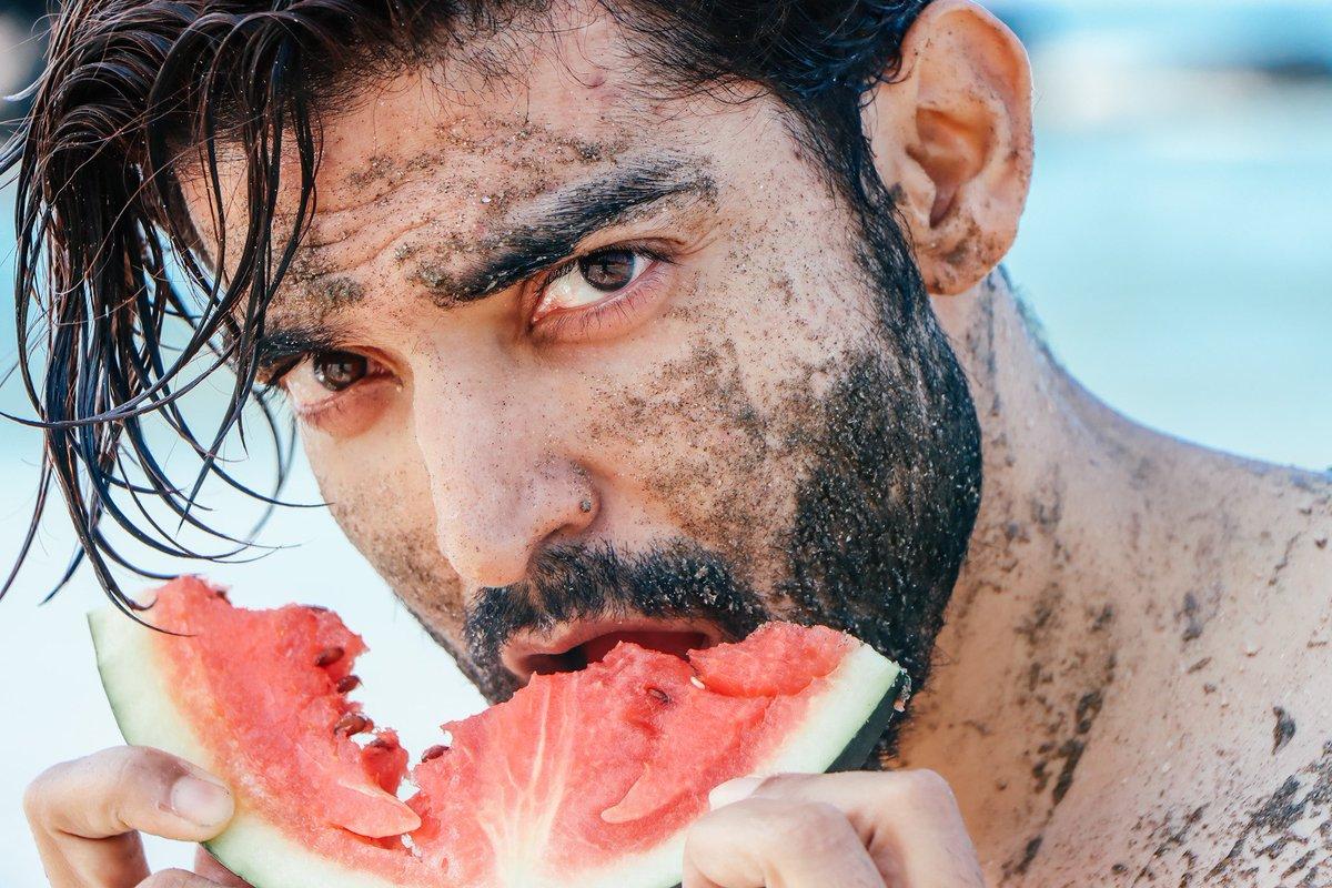 Excuse me! While I binge on some 🍉  .  #gurmeetchoudhary #muddymood #beachlife  #saturdayvibes https://t.co/PZRQBKXQEi