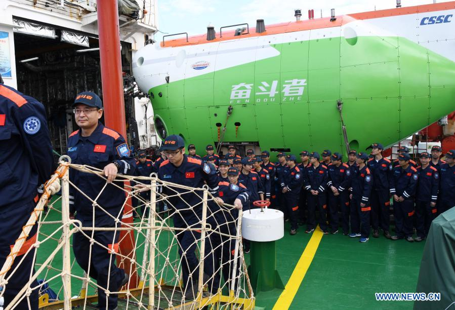 Le nouveau submersible habité en eau profonde #Fendouzhe de la Chine, à bord du navire de recherche scientifique Tansuo-1, est rentré samedi matin au port de la ville de Sanya, dans la province de Hainan, dans le sud de la Chine, après avoir terminé son expédition dans l'océan.