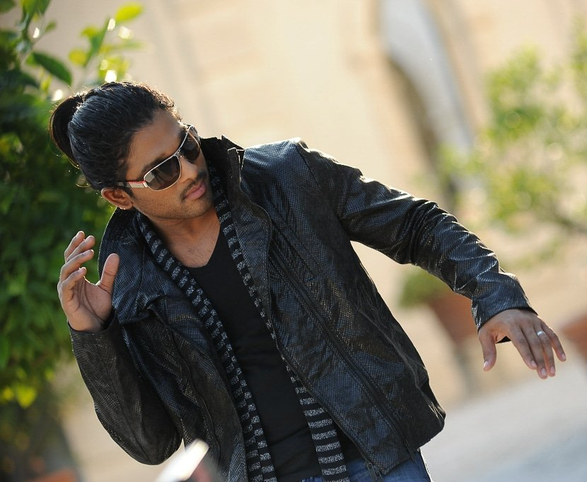 Stylish Star @alluarjun 💥💥 #Pushpa   Unseen pic from #Badrinath https://t.co/q5qkBHqZmW