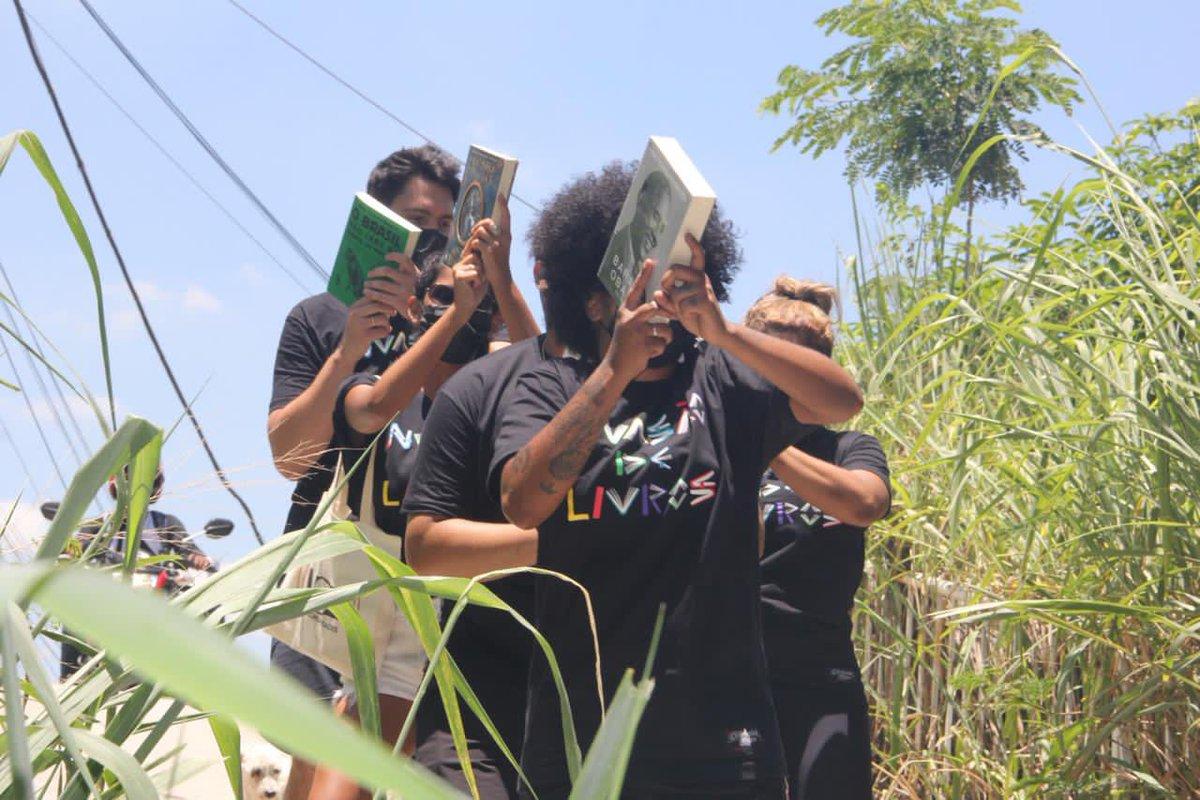 Replying to @eurenesilva: A NOSSA ARMA É O LIVRO! #InvasaoDeLivros