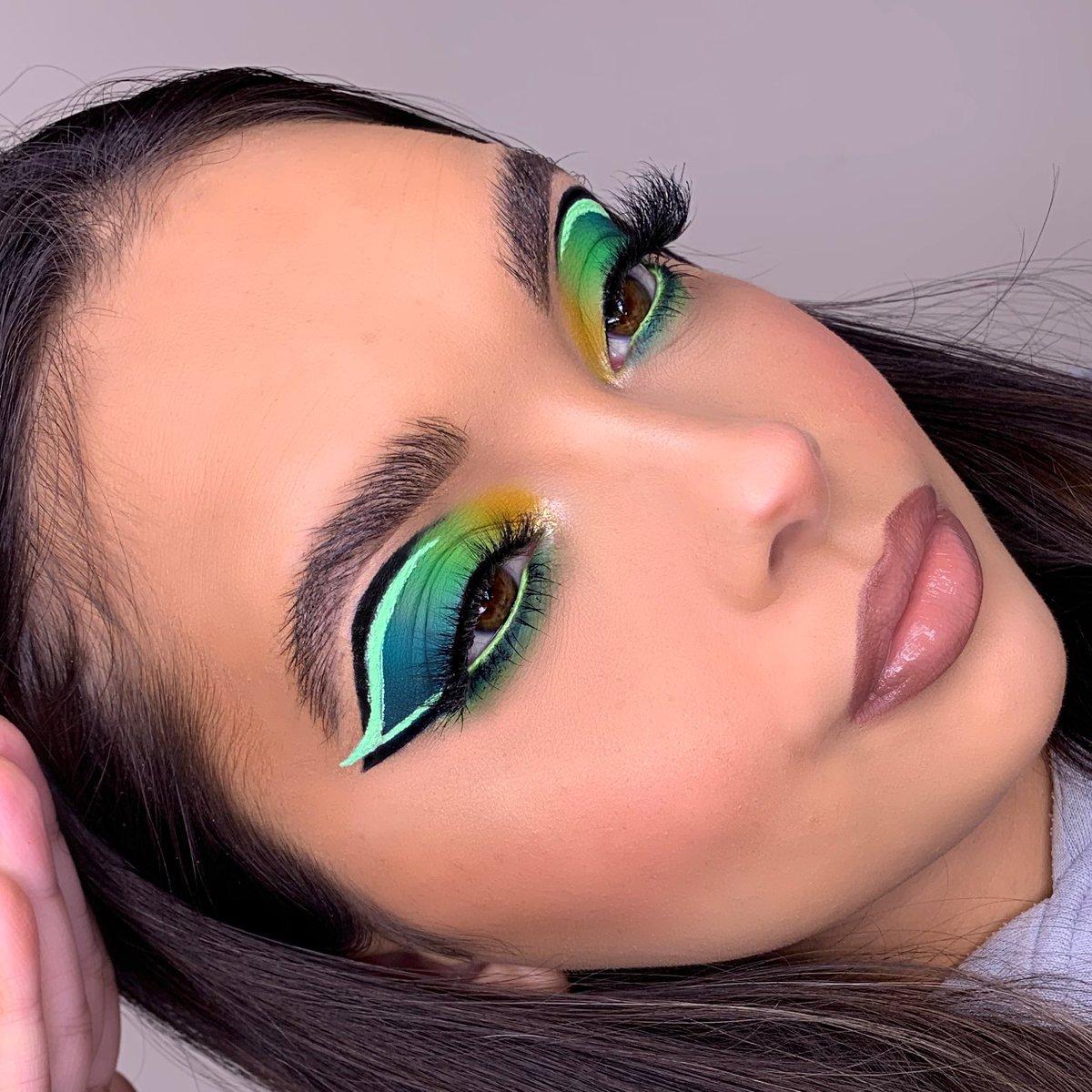 💚lets get graphic💚 @bperfectcosm xl carnival palette! #bperfect #pastelliner #xlcarnivalpette #makeup #makeupartist #makeuplooks