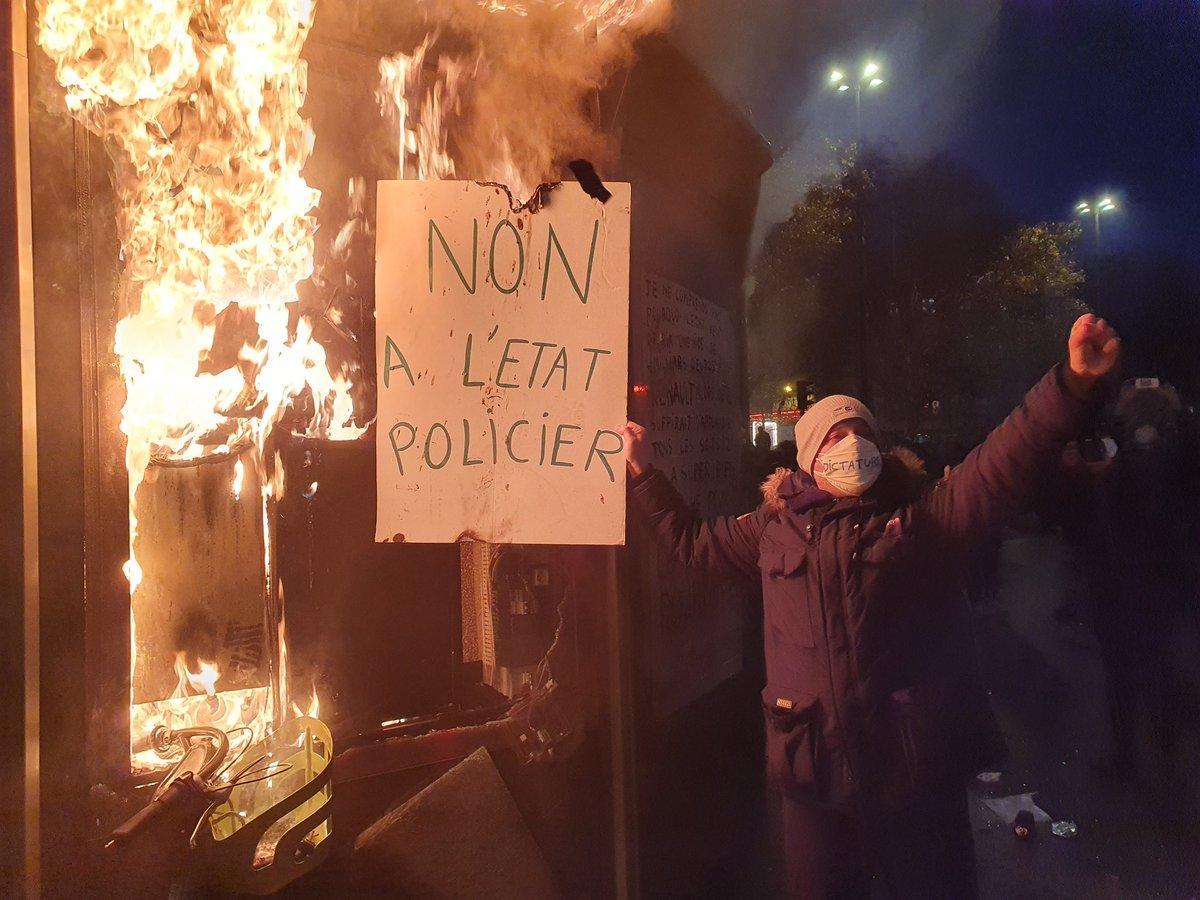 В Париже начались протесты и погромы. Протестующие подожгли Банк Франции