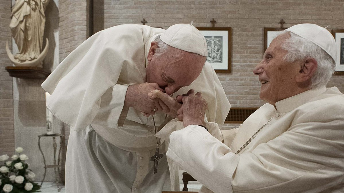 I don't get it: Francis kisses Benedict's hand, but does not let others kiss his. He criticizes those who protest against masks and restrictions, but then does not wear a mask himself, nor do most of the cardinals visiting the over 90-year-old retired Pope. Makes no sense. https://t.co/zO389KdXnm