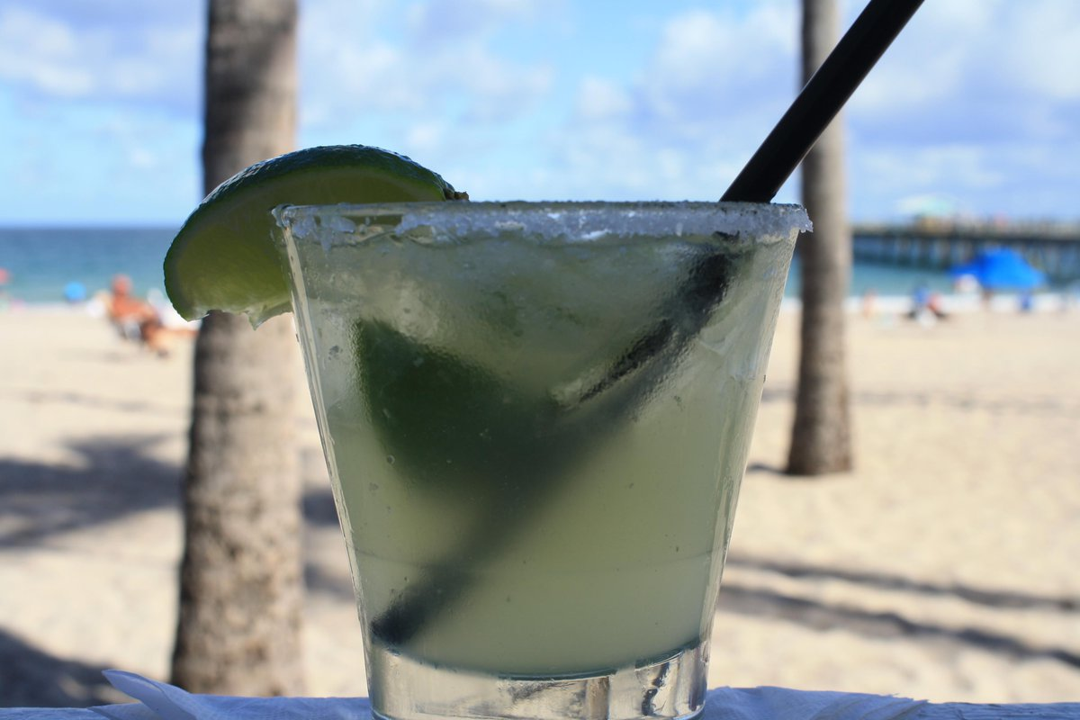 Margarita on the rocks on the beach on this beautiful Saturday! Nothing better! Come get yours! 🍹🏖❤️ #beachday #margarita #lbts #onecommericalblvd #arubabeachcafe https://t.co/AgMxjAQkKs