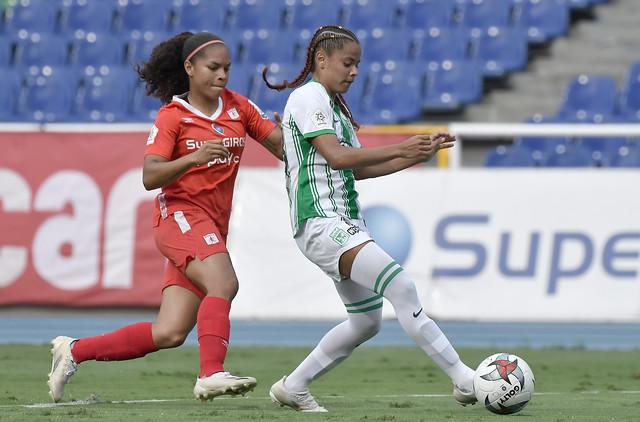 #YoEscuchoElVBARCaracol   ⚽🔵👹Independiente Medellín y América de Cali avanzaron a semifinales de la Liga Femenina.   🔵🔴El cuadro paisa venció con un global de 4-2 a San Andrés.  👹Las vigentes campeonas accedieron superando a Atlético Nacional por 2-1.