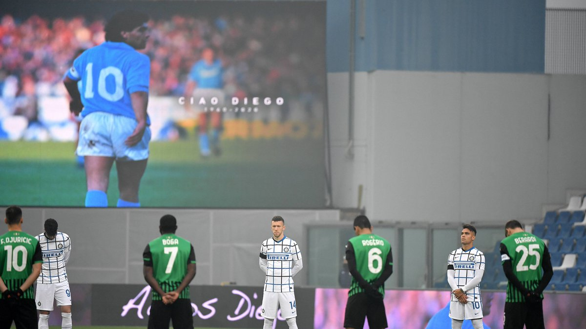 💙 Diego Maradona meant so much to so many footballers. Check out some of the best photos of players & clubs paying tribute to the @Argentina legend from stadiums across the world today 📸  👉
