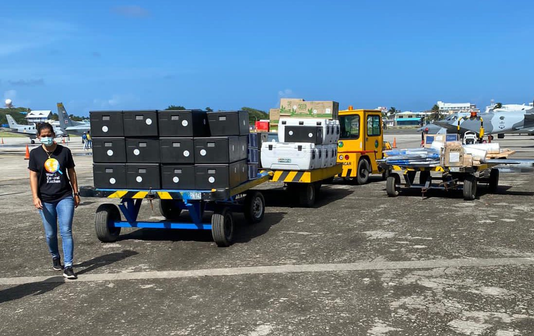 How we deliver hot meals to Providencia island after Iota: We collect the food from our restaurant partners in San Andres and load up the plane. The DC-3 flies 20 minutes to meet our team on the ground. From there, we use trucks & vans to reach 28 distribution points and serve!