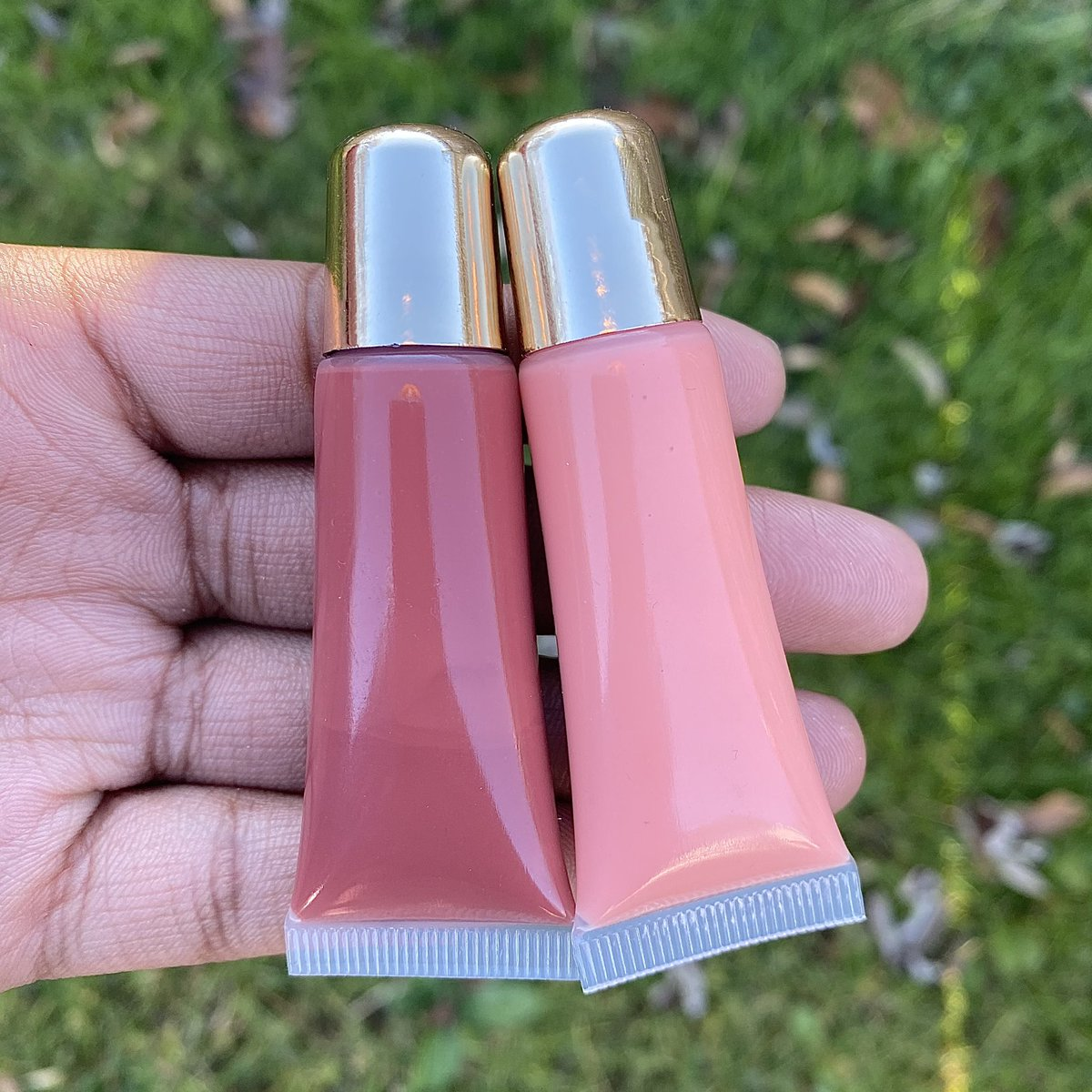 🚨Pretty In Pink Glosses are here🚨 This duo is the perfect amount of pigmented to give your lips the perfect pink look!💕Organic Oil Infused to moisture and give your lips the perfect shine✨ *ON SALE ALL WEEKEND* Divinebeautybyfinney.com🌻