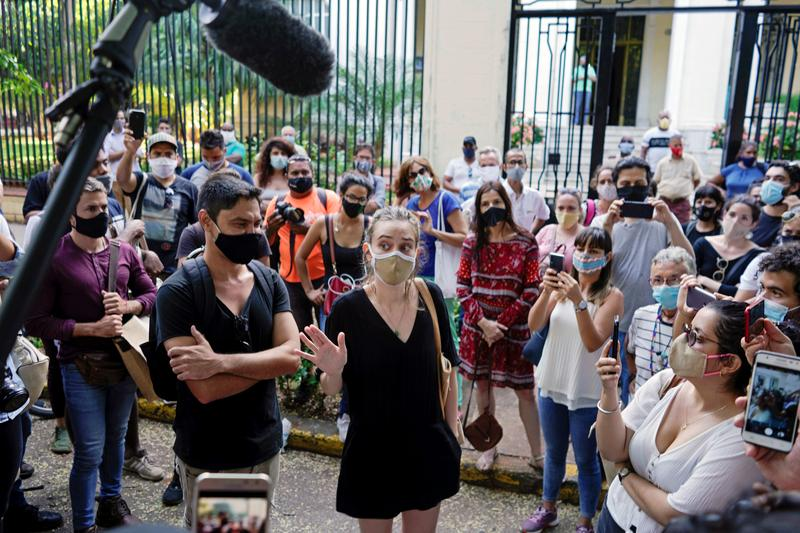 Cuban artists end rare protest, say authorities agree to talks reut.rs/33p3TGl