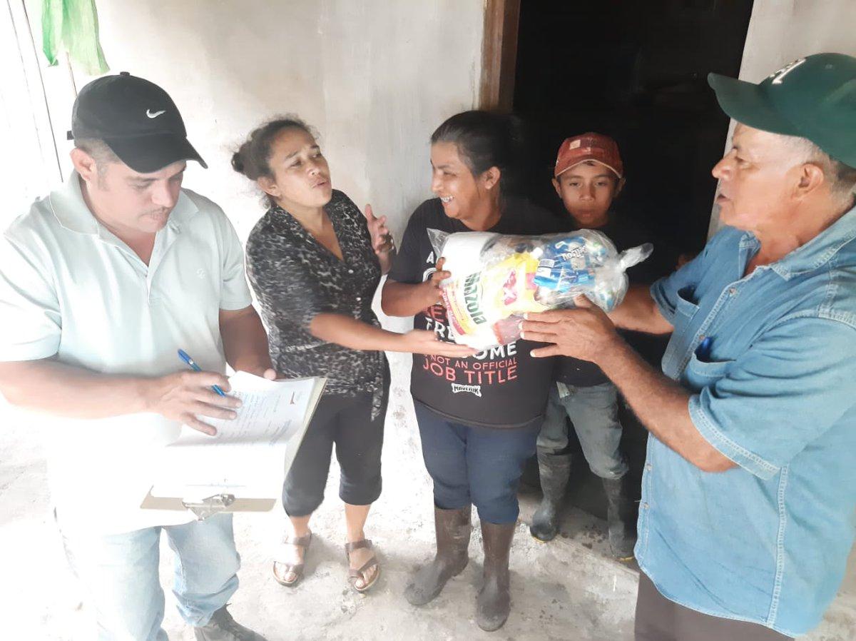 Autoridades municipales de San Sebastián de Yali entregan víveres y donativos  a pobladores damnificados tras el paso del  #Huracanlota 🌀.   ¡Juntos saldremos Adelante!