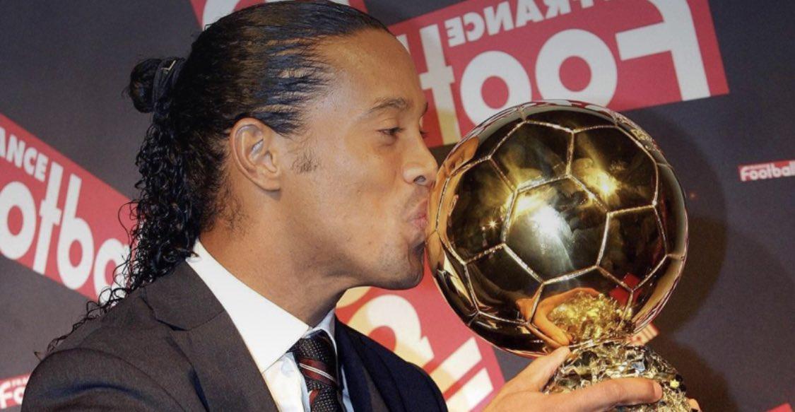 DATO: Ronaldinho fueel último jugador delBarcelonaque no se llamabaLeo Messien ganar el Balón de Oro.Recibió el galardón el 28 de noviembre de 2005;hace 15 años. @FCBarcelona @FCBarcelona_es #Ronaldinho #Messi #BalonDeOro #FORCABARCA