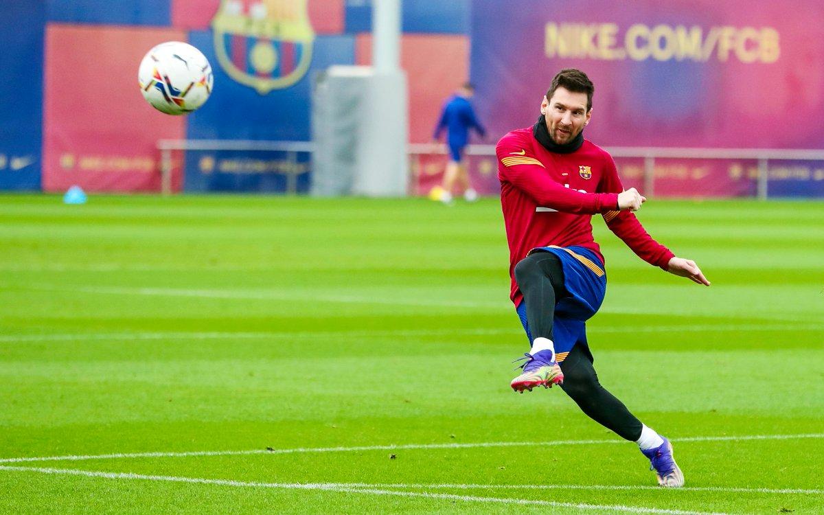 👑 #Messi perfeccionando los últimos detalles para el #BarçaOsasuna… 😍