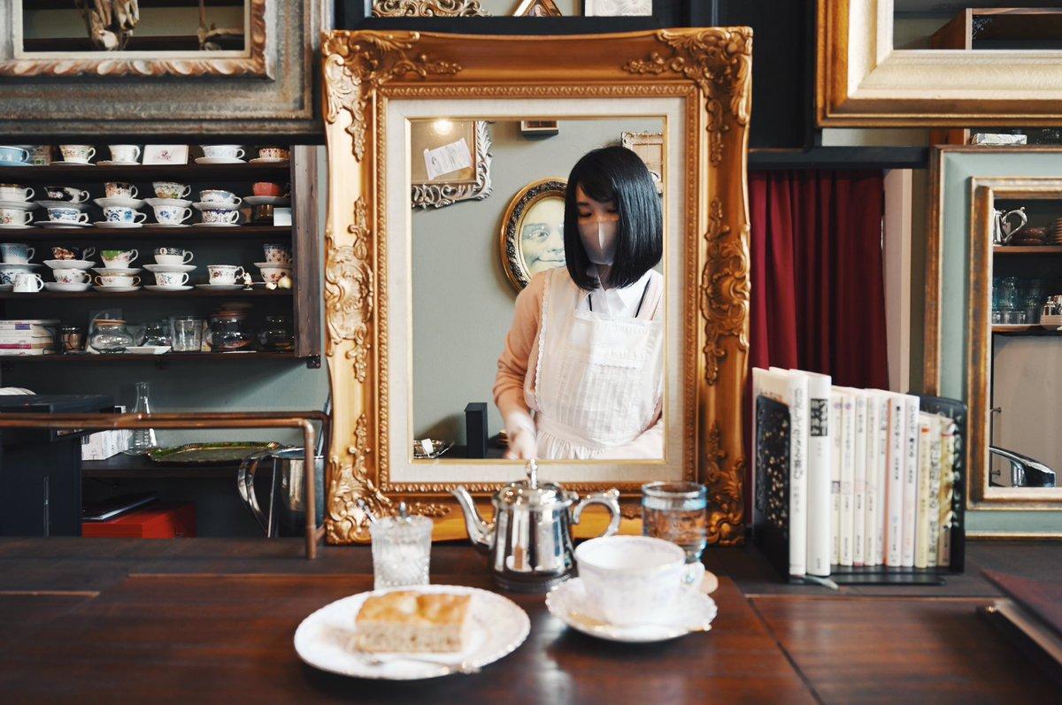 香川の多度津町にある蒐集古物喫茶「てつがく屋」はカウンターとキッチンの間が額装になっていて絵の中からお茶やケーキを提供してもらえる。向こう側を覗くたび景色が変わる不思議空間にすっかり心奪われ気付けば2時間も居座ってしまった…これはフェチ心のど真ん中に刺さります… #瀬戸大橋を渡ろう